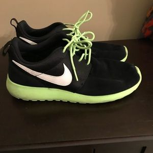 Nike roshe Youth size 7 boys. Women's size 8.5/9